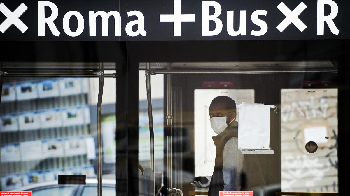 Un hombre con mascarilla en Roma – Alessia Giuliani