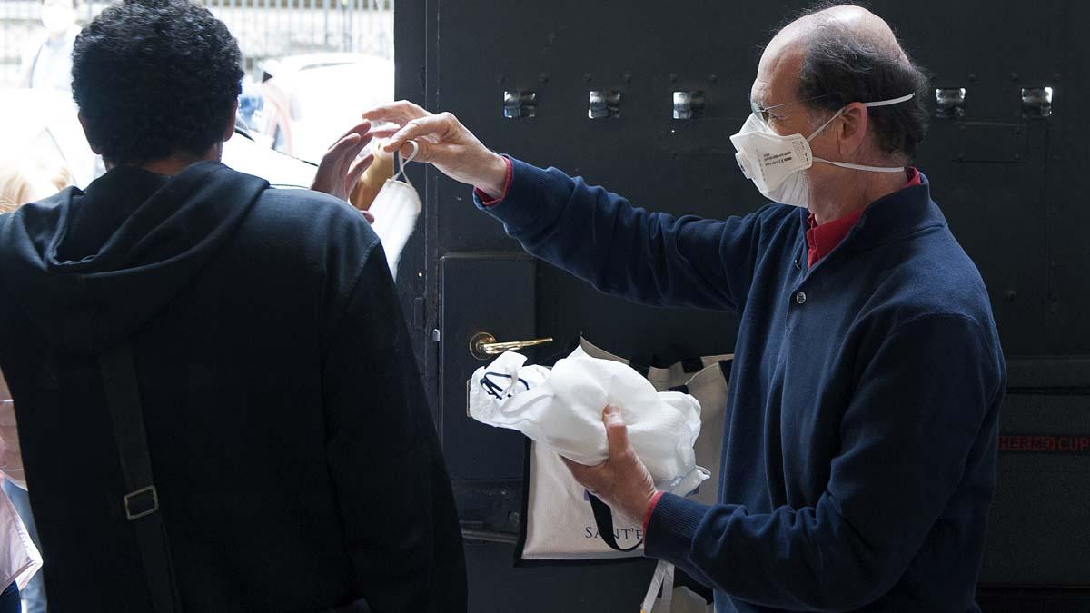 Un hombre reparte mascarillas en un hospicio de Roma para proteger del coronavirus Covid-19. Foto: EP