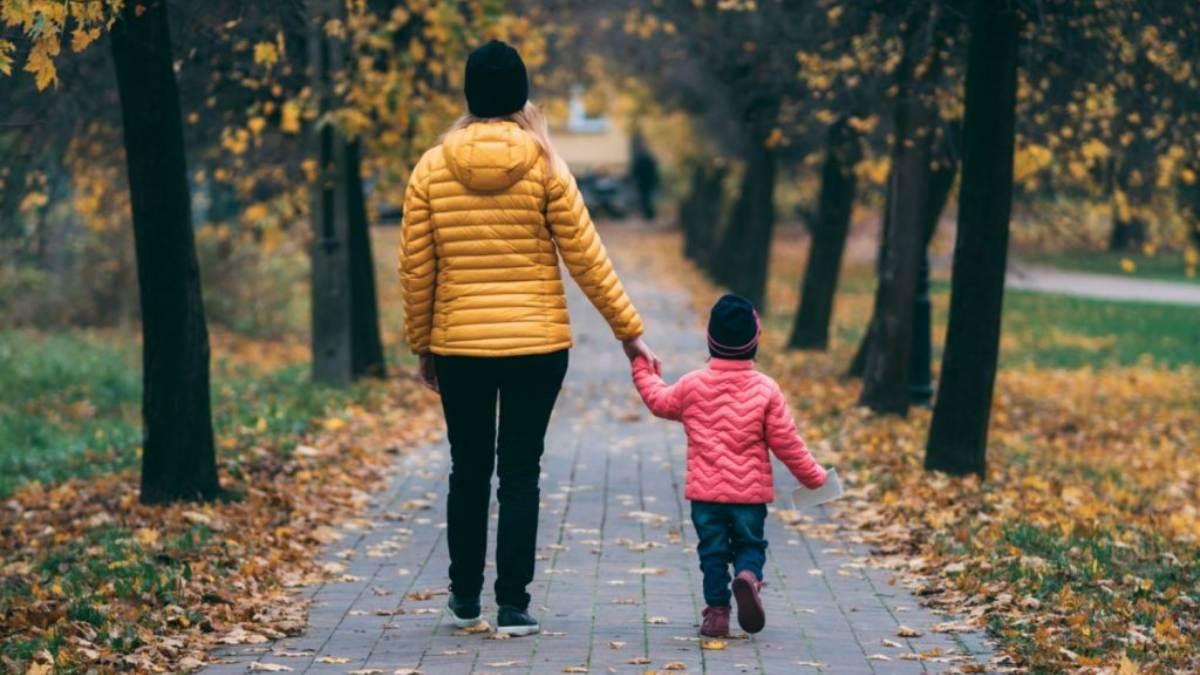 Madre e hijo paseando