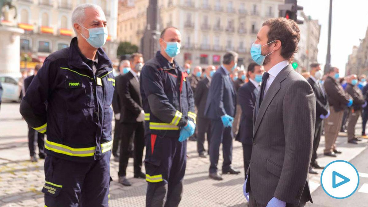 El líder del PP Pablo Casado (d) hoy sábado en la madrileña Puerta del Sol, durante las celebraciones de la fiesta de la Comunidad de Madrid, donde se homenajea este Dos de Mayo a los héroes que han luchado contra el COVID-19, en Madrid. Foto: EP