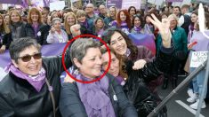 La ex diputada del PSC África Lorente (en el centro), en la manifestación del 8M en Castelldefels.