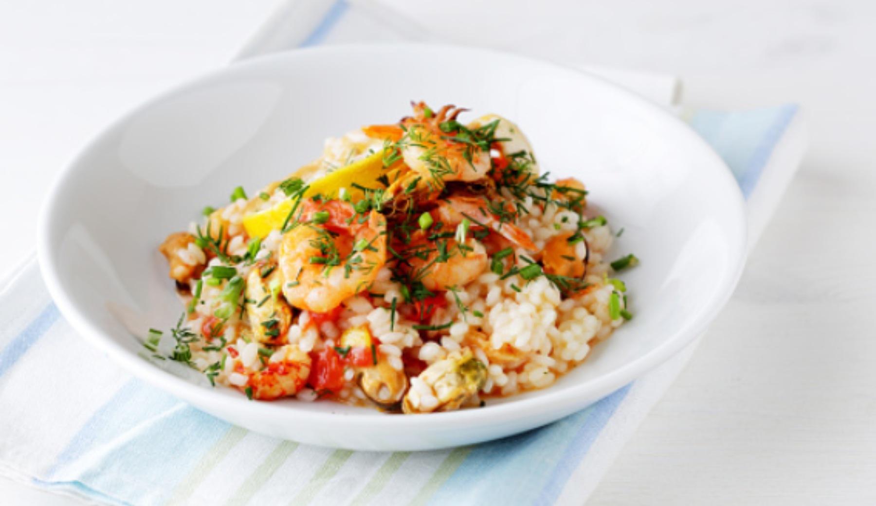 Arroz con langostinos y verduras: receta fácil y rica