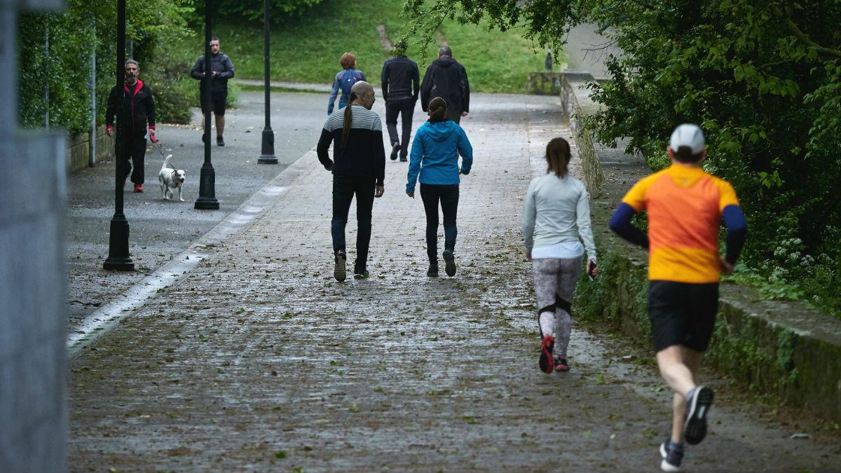 Varias personas hacen deporte por la vuelta de Aranzadi durante el primer día de salida del confinamiento en Pamplona. (Foto: Europa Press)