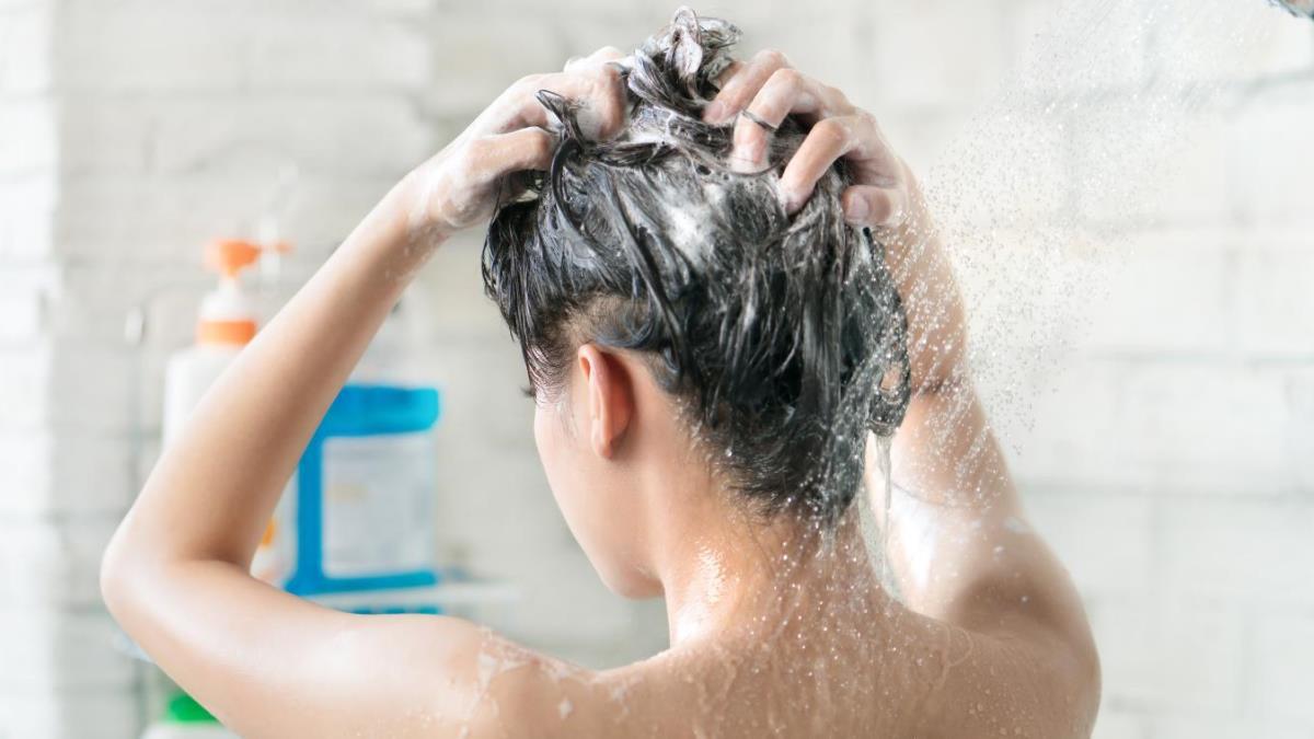 El procedimiento de lavarse la cabeza puede ser muy beneficioso para tu cabello