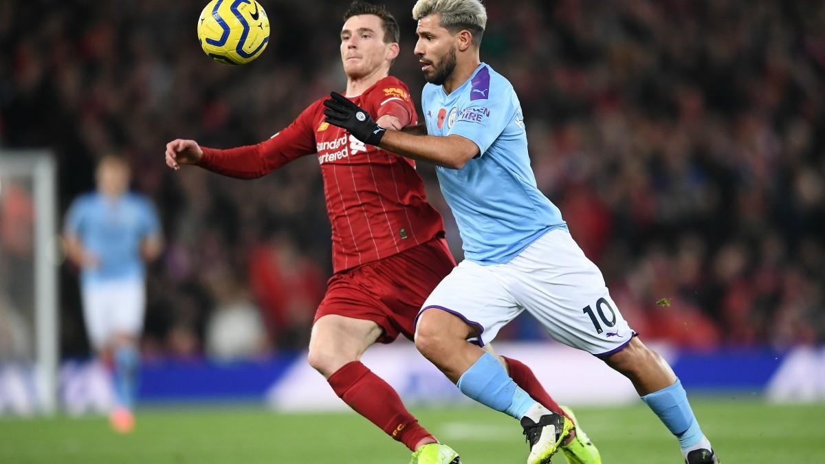 Robertson y Agüero pelean por un balón durante un Liverpool-City en la Premier League. (Getty)