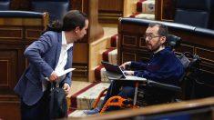 El vicepresidente segundo del Gobierno, Pablo Iglesias (i), conversa con el portavoz de Podemos, Pablo Echenique (d), durante un pleno en el Congreso. (Foto: Europa Press)
