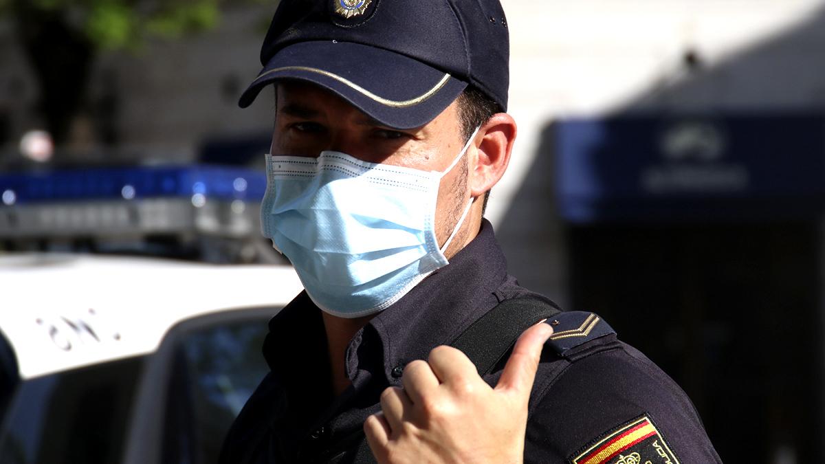 Policía Nacional con mascarilla. (Enrique Falcón)