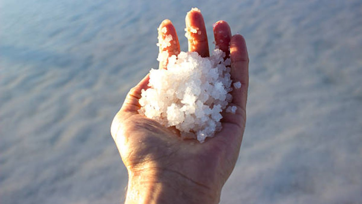 Aprender cómo calcular la cantidad de sal en el agua