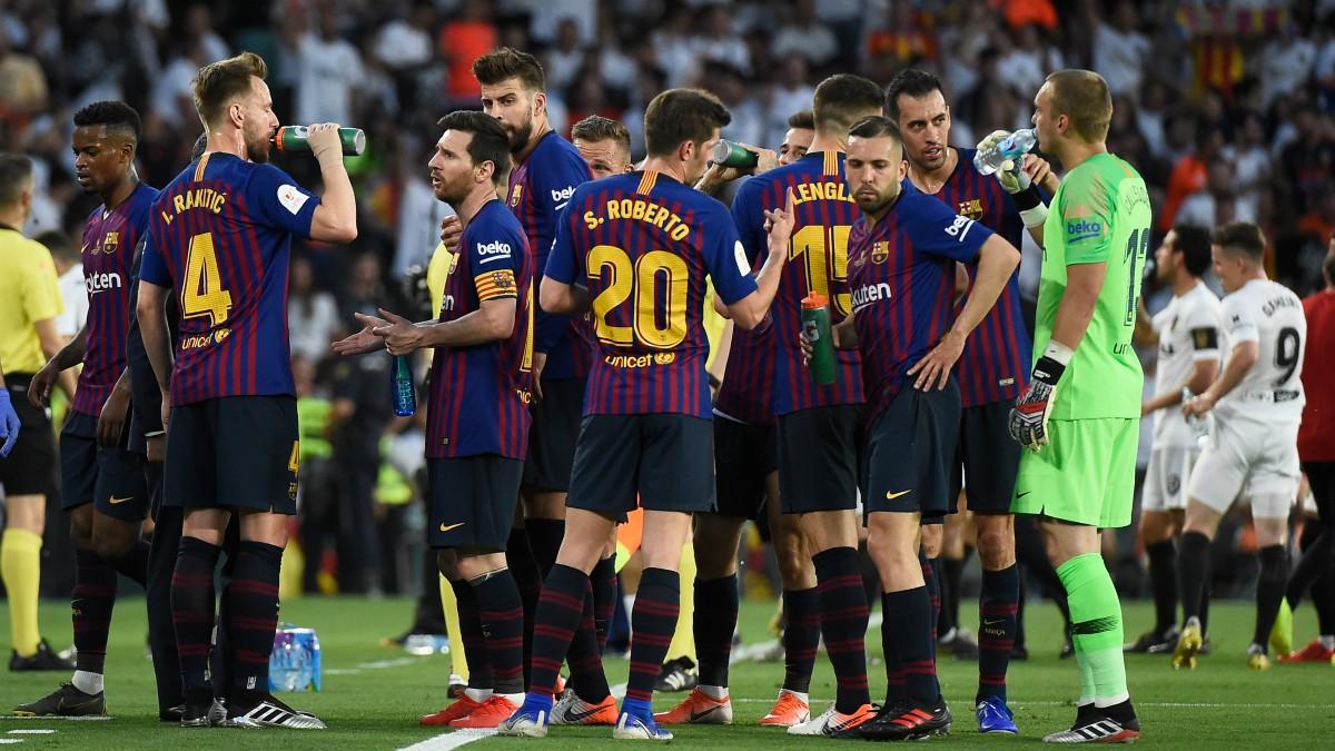 Los jugadores del Barcelona se hidratan durante la final de la Copa del Rey de 2019 frente al Valencia. (AFP)
