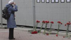 Una mujer rinde tributo a los trabajadores sanitarios fallecidos en San Petersburgo.