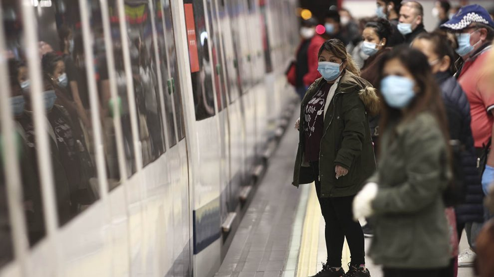 Viajeros con mascarilla en la estación de Nuevos Ministerios de Madrid.
