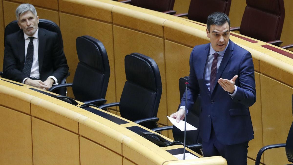 Pedro Sánchez y Fernando Grande-Marlaska, en el Senado. (Foto: EFE)