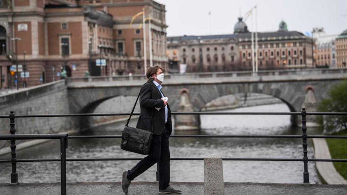 Un ciudadano sueco camina por las calles de Estocolmo, sin restricciones por el coronavirus.