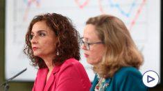 Nadia Calviño y María Jesús Montero, en la rueda de prensa de presentación del Programa de Estabilidad el viernes 1 de mayo.