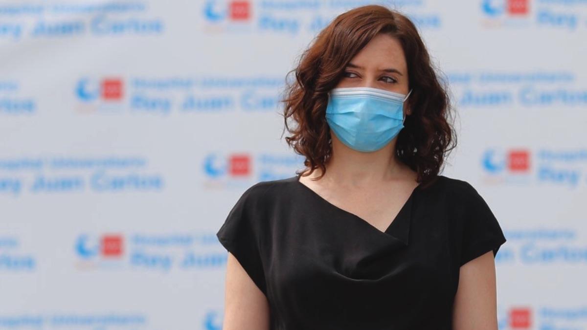 La presidenta de la Comunidad de Madrid, Isabel Díaz Ayuso, en un minuto de silencio en Móstoles. (Foto: Comunidad)