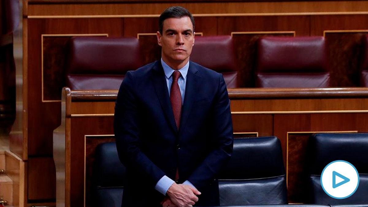 El presidente del Gobierno, Pedro Sánchez guarda un minuto de silencio por las víctimas del coronavirus antes del comienzo del pleno del Congreso este miércoles. EFE/J.J. Guillén