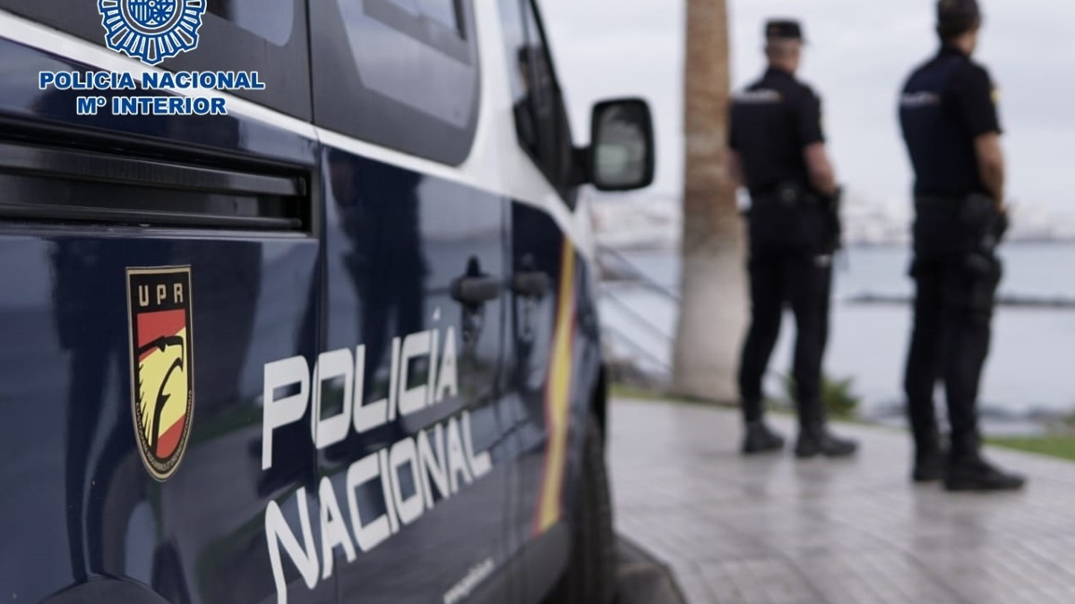 Agentes de la Policía Nacional junto a un coche patrulla. Foto: EP