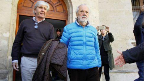 El empresario Tolo Cursach (a la derecha, con abrigo azul), tras declarar ante el juez (Foto: EFE).