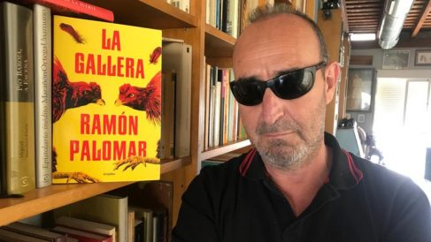 El escritor valenciano Ramón Palomar, con su última novela, 'La gallera'.