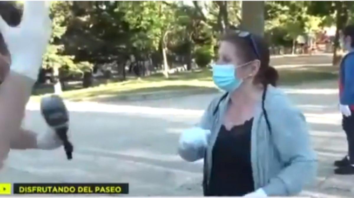 Twitter: Pillan en directo a una mujer equipada con los guantes de su boda