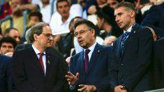 Quim Torra habla con Bartomeu en el palco del Camp Nou. (EFE)