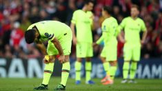 Los jugadores del Barcelona alicaídos tras uno de los goles del Liverpool en Anfield. (Getty)