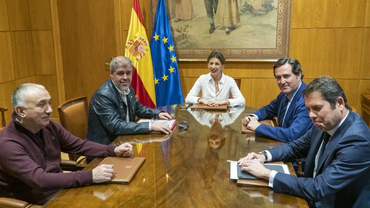 La ministra de Trabajo Yolanda Díaz se reúne con la patronal y los sindicatos.