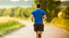 Un hombre sale a correr.