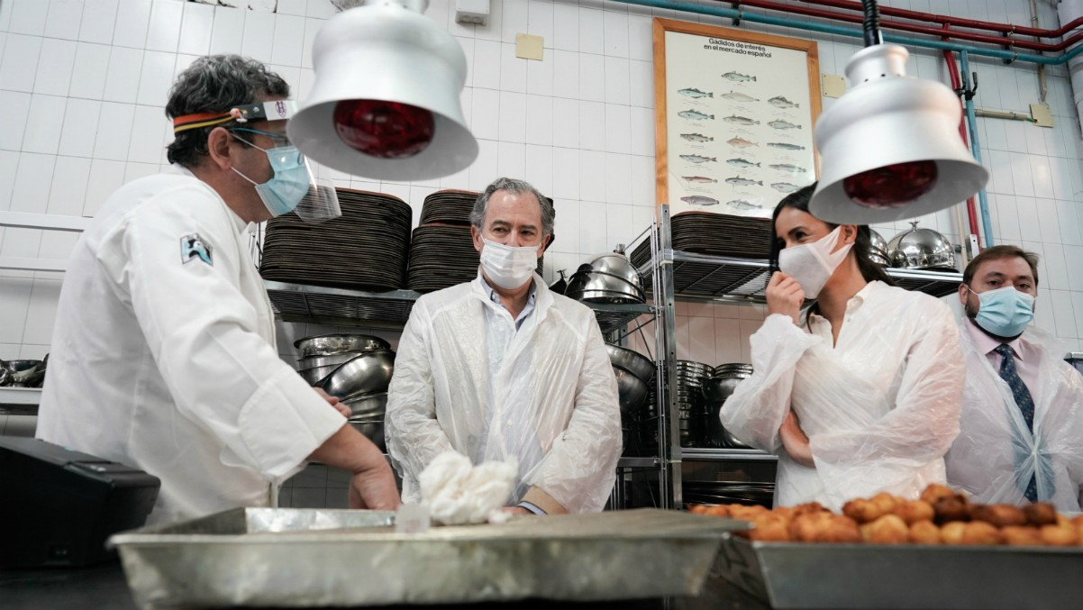 La vicealcaldesa de Madrid, Begoña Villacís (2d); y el consejero de Educación y Juventud de la Comunidad de Madrid, Enrique Ossorio (2i), durante su visita a la Escuela Superior de Hostelería de la Comunidad de Madrid en la que se inician los menús para f – Comunidad de Madrid
