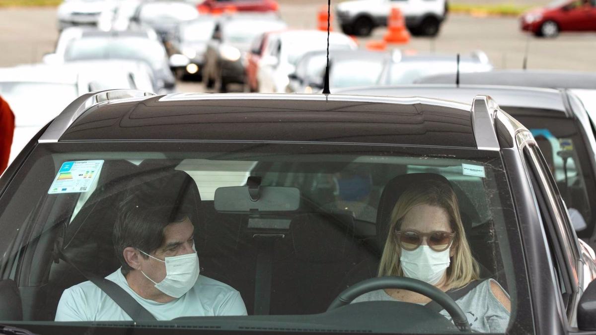 Personas viajando en coche