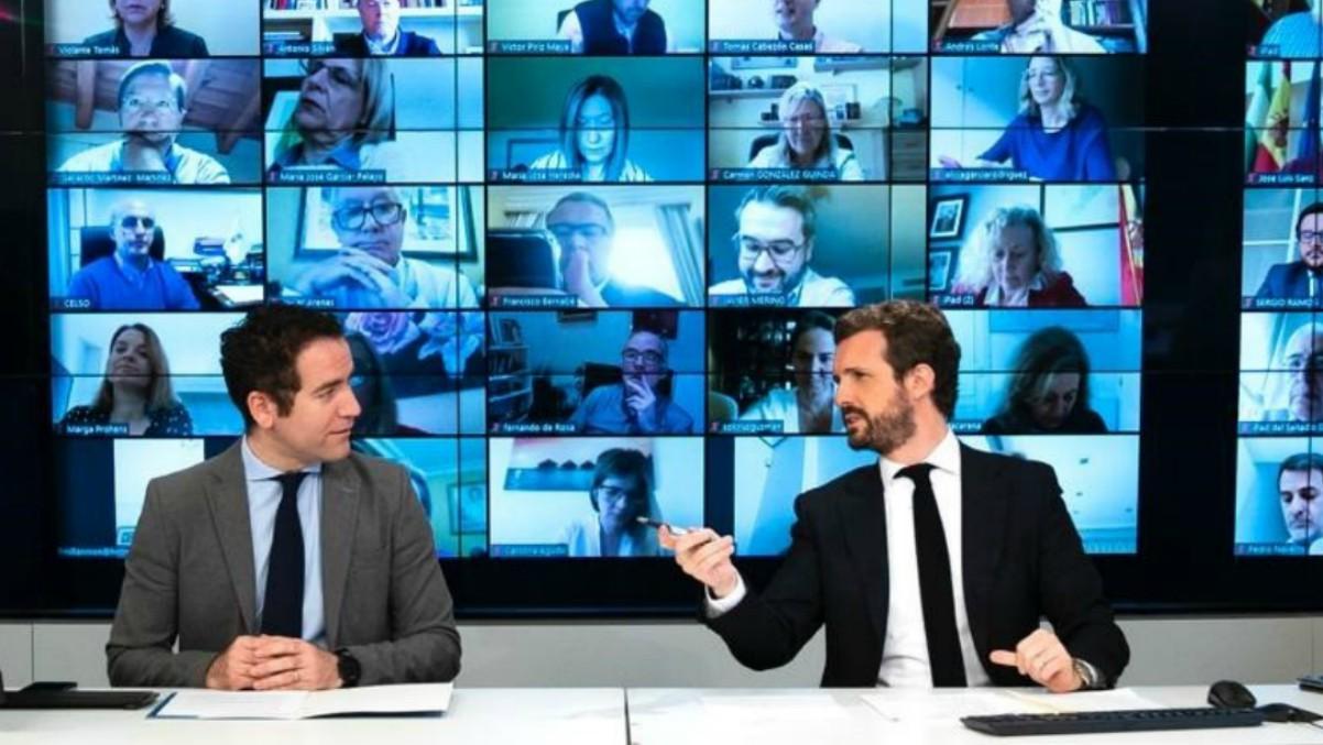 El líder del PP, Pablo Casado, junto al secretario general del partido, Teodoro García Egea, en la reunión telemática con el grupo parlamentario popular. Madrid, a 6 de abril de 2020. – DAVID MUDARRA (PP) – Archivo