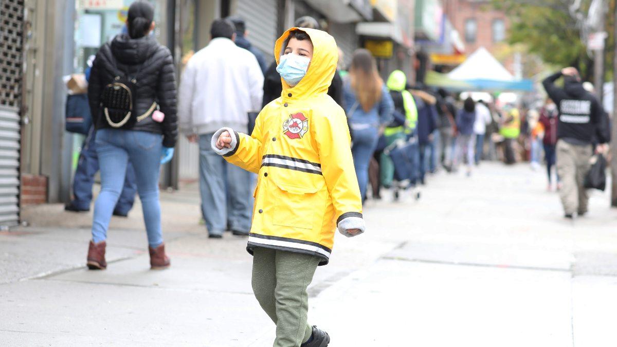 Un niño paseando por la calle con una mascarilla. Foto: EP