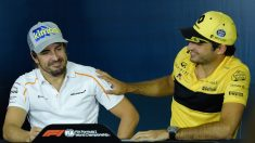 Fernando Alonso y Carlos Sainz, durante la rueda de prensa previa al GP de España de F1, en 2018 (AFP).