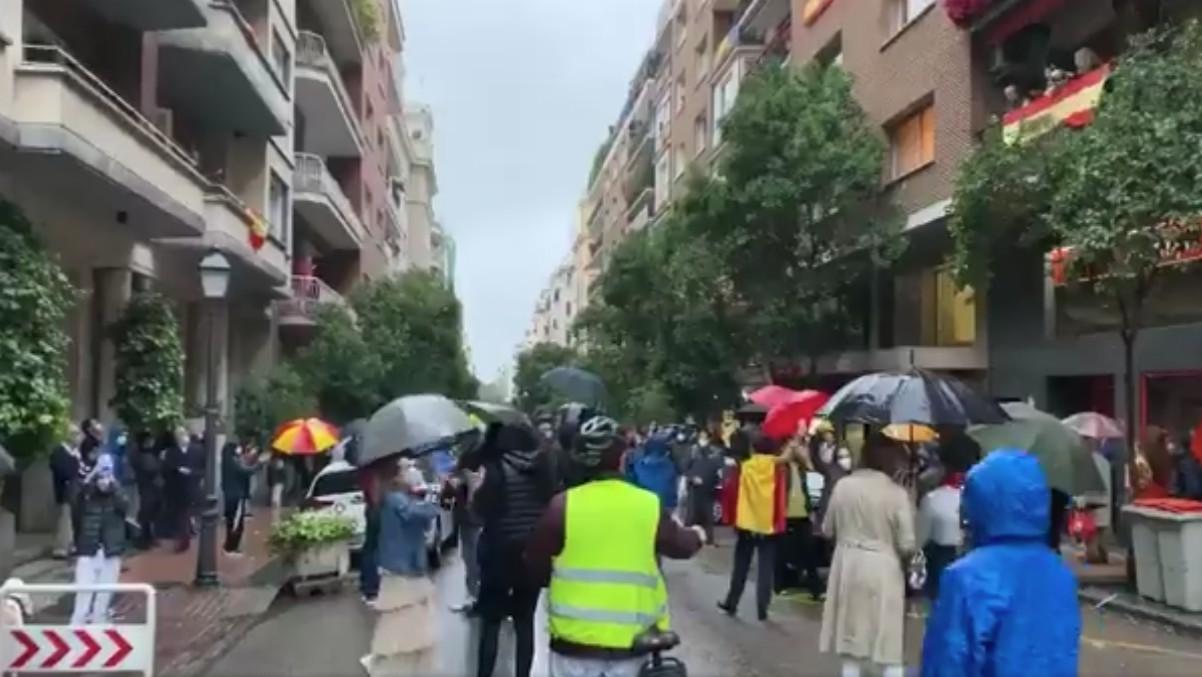 Cacerolada y protesta en el barrio madrileño de Núñez de Balboa contra el Gobierno.