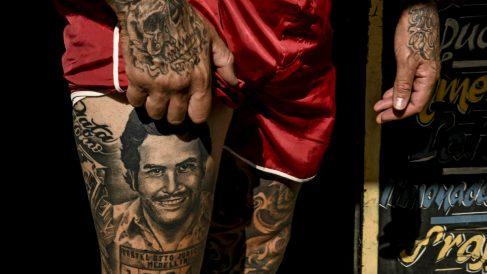 Una imagen de un tatuaje de Pablo Escobar en un barrio de Medellín. (Getty)