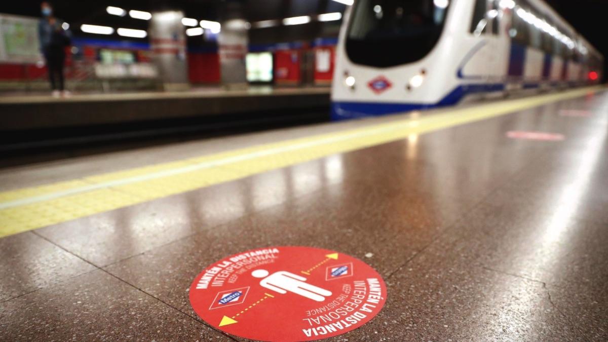 Metro de Madrid con elementos para mantener la distancia de seguridad. (Foto: Comunidad)