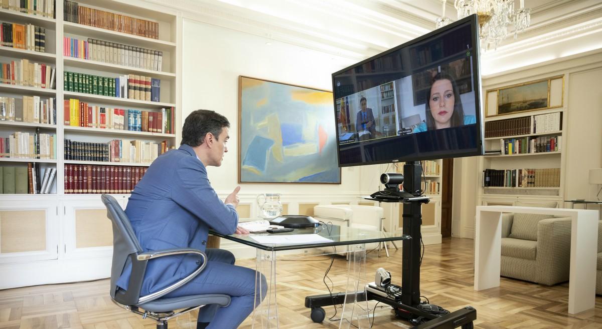 El presidente del Gobierno, Pedro Sánchez, durante una videoconferencia con la líder de Cs, Inés Arrimadas. (Foto: Moncloa)