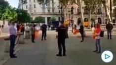 La Policía identifica a sevillanos que se concentraban con banderas de España ante el Ayuntamiento.