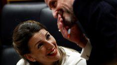 La ministra de Trabajo, Yolanda Diaz, habla con el portavoz adjunto de Ciudadanos en el Congreso, Edmundo Bal. Foto: EP