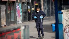 Un hombre protegido con mascarilla y guantes camina por una calle. Foto: EP