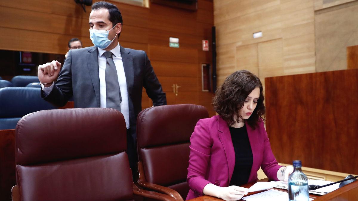 La presidenta de la Comunidad de Madrid, Isabel Díaz Ayuso (d) y el que fuera vicepresidente, Ignacio Aguado (i). (Foto: Europa Press)