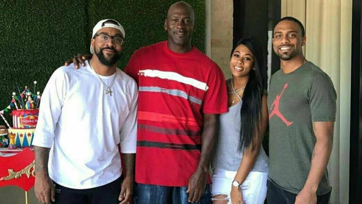 Michael Jordan y sus tres hijos (Marcus, a la izquierda).