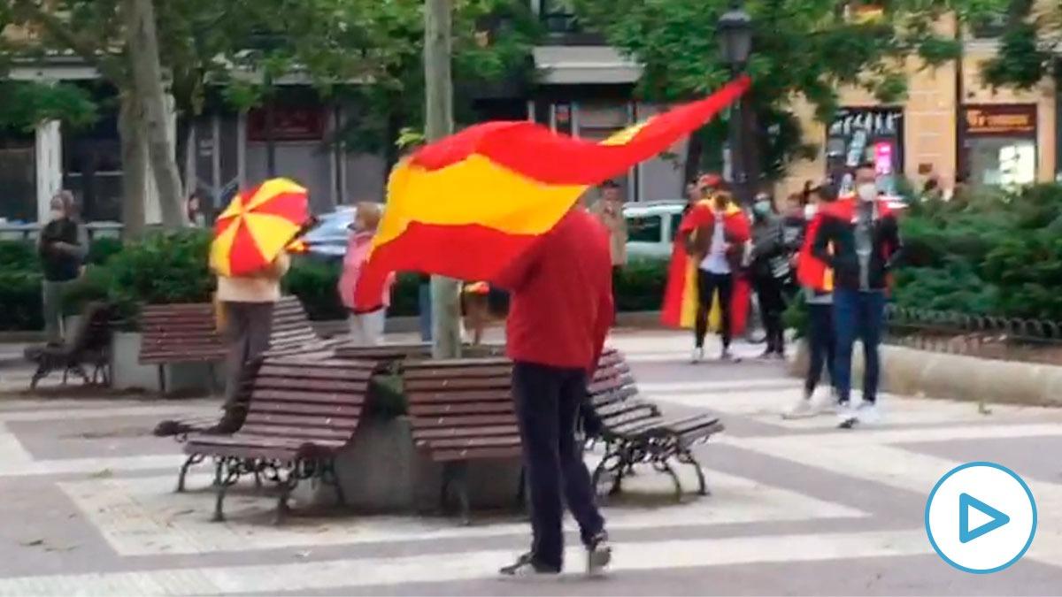 Decenas de personas piden en Chamberí la dimisión de Pedro Sánchez.