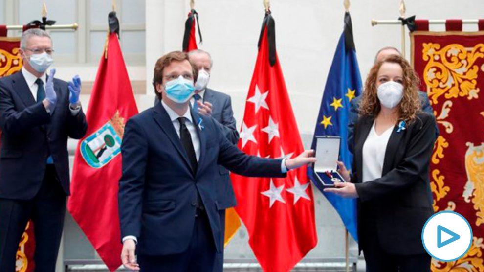 El alcalde de Madrid, José Luis Martínez-Almeida, hace entrega a Mónica López, médico internista, de la Medalla de Oro. Foto: EP