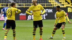 Tres jugadores del Borussia Dortmund celebran un gol.