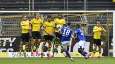 Caligiuri lanza una falta en el Dortmund-Schalke. (AFP)