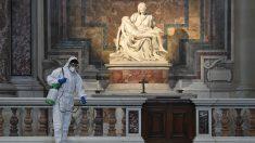 Trabajos de desinfección en la Basílica de San Pedro. (Ep)