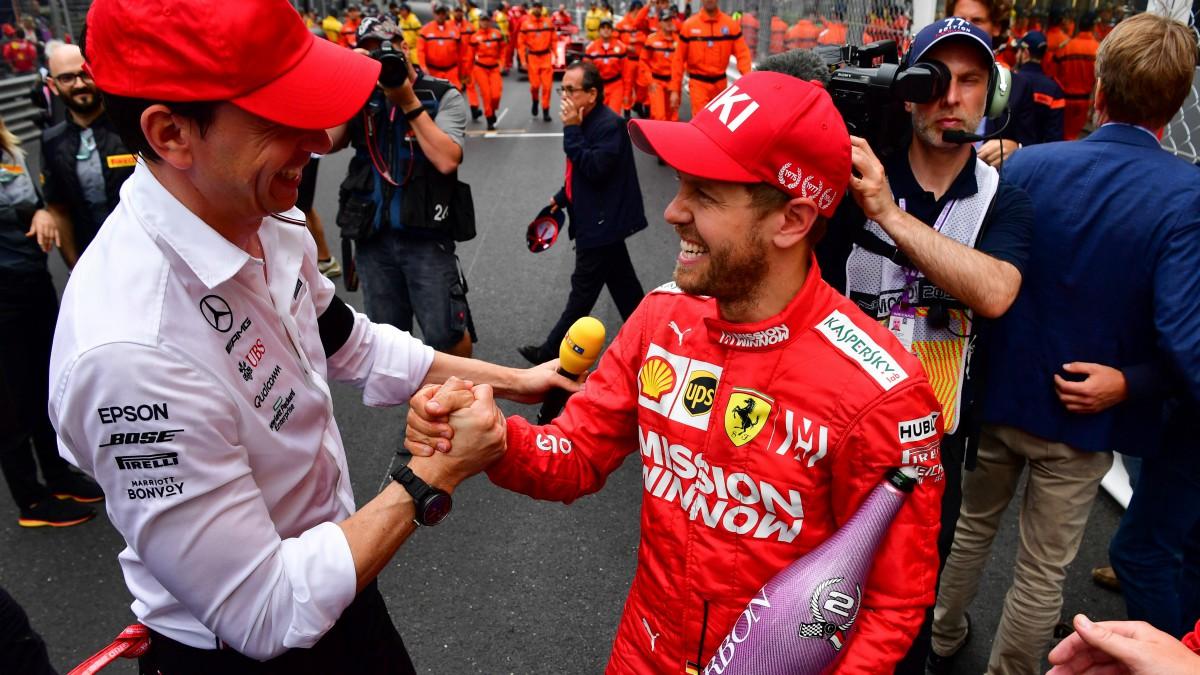 Toto Wolff, máximo responsable de Mercedes, saluda a Sebastian Vettel. (AFP)
