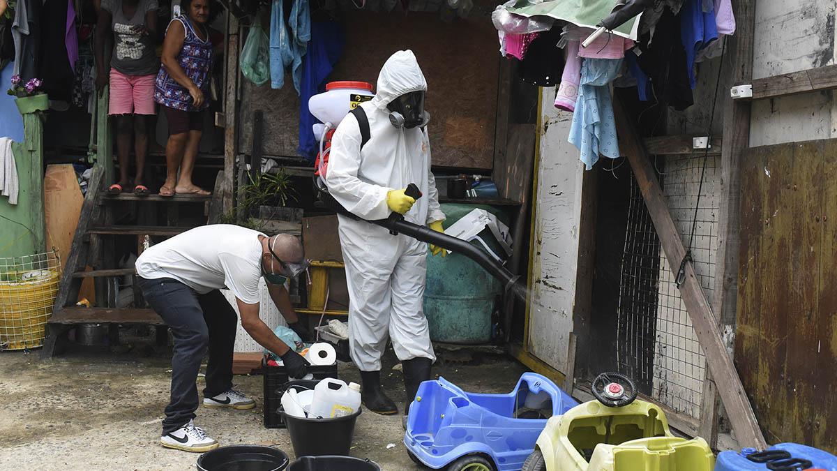 Trabajos de desinfección en una favela de Rio de Janeiro.