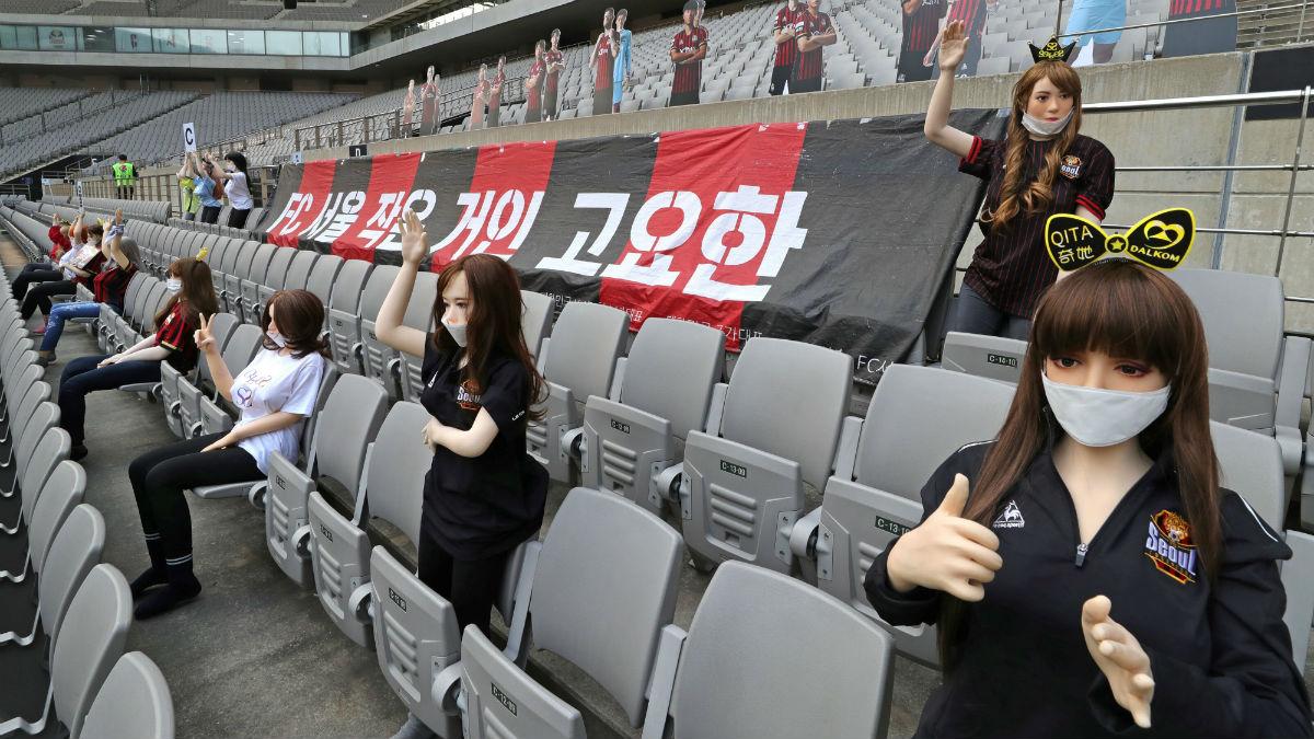 Muñecas hinchables en la grada del estadio del FC Seúl. (AFP)